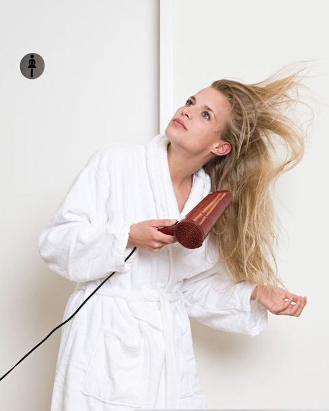 "<p>很多女生一洗完頭就會拿著吹風機胡亂吹頭髮,只要頭髮乾就好了,但其實這樣做更容易造成頭髮毛躁易打結,<a href=""http://www.cosmopolitan.com.tw/beauty/hair/how-to/a4780/hair-5-tips/"" data-tracking-id=""recirc-text-link"">正確吹頭髮</a>應該是由上往下、由前往後,順著髮流吹,吹乾後用冷風帶過讓頭髮毛鱗片縮起來,另外提醒女孩,因為吹風機的高溫也會造成頭髮毛鱗片受損<span class=""redactor-invisible-space"" data-verified=""redactor"" data-redactor-tag=""span"" data-redactor-class=""redactor-invisible-space"">,所以吹的時候要保持至少15公分的距離喔.</span></p>"