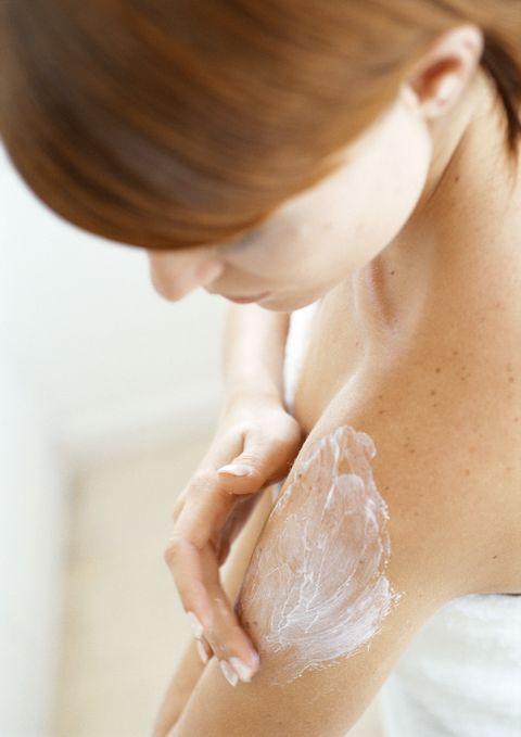 <p>幾乎所有臉部保養品都可以用在身上,因此夏季剩餘的保養品可以順便為身體滋潤一下,像是化妝水可以敷在脖子上使用,可減輕頸紋;較滋潤的眼霜可以在換季期間當作晚霜全臉使用;化妝棉沾取適量的乳液後敷在手指上,可以當作指膜,減少指緣硬皮,另外,將化妝水和乳霜沾上化妝棉,然後敷在膚色暗沉或脫皮的部位,可當成急救型滋潤面膜使用。</p>