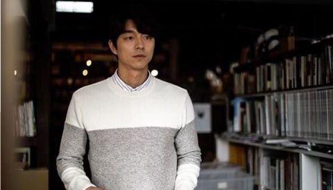 <p>孔劉示範的服飾雖然簡約,但他就是能自然演繹出一身男人味,在書店一角的形象更極具書卷氣息。</p>