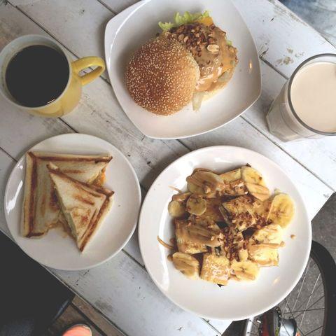 "<p>法式吐司是熱門的品項,軟綿綿的烘蛋和濃郁的花生醬是美食客們懷念的味道,值得一提的是,這間知名的早餐店價格和一般的早餐店並無二致,整個很平民,CP值超高!快去試試看它烤得酥脆的吐司,一口咬下就能開始精神的一天啦!</p><p><a href=""https://menutaiwan.com/restaurants/Ej7qn5zHAB"" data-tracking-id=""recirc-text-link"">找餐店</a><span class=""redactor-invisible-space"" data-verified=""redactor"" data-redactor-tag=""span"" data-redactor-class=""redactor-invisible-space""><a href=""https://menutaiwan.com/restaurants/Ej7qn5zHAB""></a></span><br></p><p>地址:一店/台北市大安區和平東路三段1巷6-3號 &nbsp&#x3B;&nbsp&#x3B;二店/台北市信義區吳興街284巷20弄27<span class=""redactor-invisible-space"" data-verified=""redactor"" data-redactor-tag=""span"" data-redactor-class=""redactor-invisible-space"">(北醫對面)</span></p><p><span class=""redactor-invisible-space"" data-verified=""redactor"" data-redactor-tag=""span"" data-redactor-class=""redactor-invisible-space""></span></p><p>電話:02-2755-0567/02-2738-0067</p><p>營業時間:08:00-14:00</p>"
