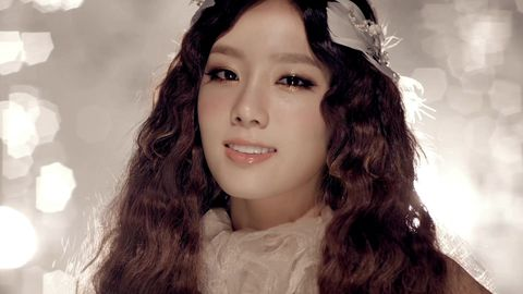 <p>太妍的中分長髮配上細密的波浪,戴上白色的羽毛頭飾後,即使妝容比較淡雅,但仍然充分展現太妍的女人味,精緻度就像陶瓷洋娃娃一般高貴。</p>