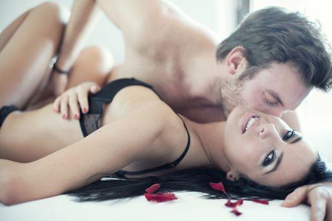 "<p>當然我們有時候也會想來場快速的性愛,但若我們沒那個興致的時候,請不要猴急,耐心一點,好好的來個溫柔的<a href=""http://www.cosmopolitan.com.tw/love/sex/tips/g1392/sex-dirty-talk-tips/"" data-tracking-id=""recirc-text-link"">前戲</a>吧,這樣才能讓我們更進入狀況,並且願意賣力的服務妳,我們女人不是你們男人的左右手好嗎~</p>"