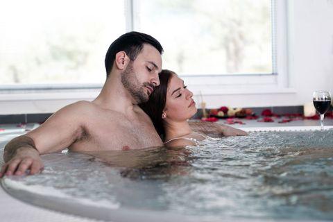 <p>泡的正開心的時候不要太激烈,先從愛意無限的溫柔體位慢慢開始,兩個人靠在池邊,讓男友坐在石階上,妳跨坐在他身上,面對面輕柔愛撫彼此,同時舒適自在的合而為一,水花輕賤,輕鬆不費力的姿勢卻有滿滿的幸福啊~</p>