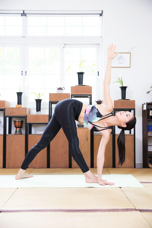 "<p><strong data-redactor-tag=""strong"">此動作可以強化脊椎,促進消化。</strong></p><p>Step 1:右腳前跨,左腿往後站立,盤骨向正前方,吸氣雙手舉高伸展脊椎,呼氣前彎。</p><p>Step 2:左手放在右腳外側的地上,吸氣右手舉高向天,同時身體往右邊打開,兩手成一直線。</p><p>Step 3:抬頭看右拇指,吸氣伸展脊椎,呼氣胸部慢慢轉向天。停留並深呼吸至少三次。</p><p>注意:低血壓、偏頭痛、背部與頸部不適者及孕婦,不建議練習此體式喔!</p>"