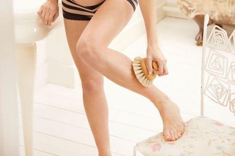 <p>橘皮是眾多少女們的一大致命傷,不管身材高矮胖瘦大腿根部都很容易有橘皮,穿熱褲的時候就點也不性感了。在洗澡前用刷身體專用的豬鬃刷,以畫圈的方式從下往上乾刷腿部,就可以有效去除肌膚的橘皮組織,還可以幫助排毒,建議一周三次,依據自己肌膚的敏感程度去做調整,切記不要買到塑膠毛的刷子,可是會刷流血的喔。</p>
