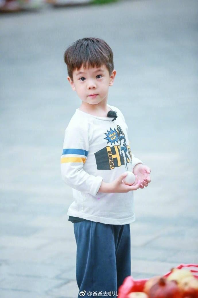 <p>嗯哼雖然只有4歲,但表達能力相當高,詞彙豐富,卻十分依賴爸爸杜江,只要爸爸一離開視線就會失控爆喊,但每次杜江都十分耐心的教育兒子,&nbsp&#x3B; 在最近的幾期觀眾也看到嗯哼的成長。這位非常有耐性的爸爸今年32歲,雖然年輕,但他在節目中對兒子以及其他小朋友都表現得成熟穩重。</p>
