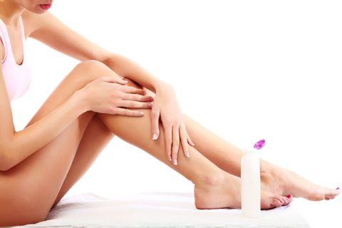 <p>每周利用兩到三天的洗澡時間,以畫圓按摩的方式進行腿部去角質,去完角質後最重要的是馬上擦乳液,可以在浴室擦乾身體後趁著還空氣中有水蒸氣時就先擦乳液,擦完再拿保鮮膜包裹全腿,靜待十到十五分鐘,讓乳液徹底吸收,保濕力大大提升!</p>