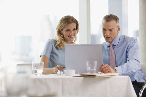 <p>一天工作8-9小時,下班後總想有點私人空間吧!有誰還會想24小時面對同事?但如果他對妳有好感,那就不同了!工作時工作,就算心裡有多喜歡妳,也不能直接表達,那只好下班後來個約會了,如果他三天兩頭就約妳下班吃飯,很明顯他對妳有點意思喔!</p>