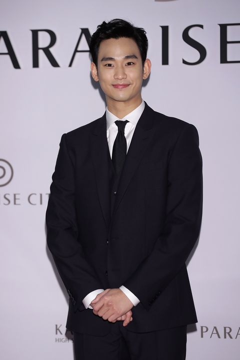 Suit, Formal wear, White-collar worker, Tuxedo, Hairstyle, Forehead, Event, Premiere, Tie, Black hair,