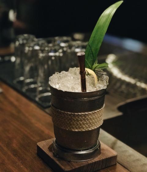 "<p>鬧中取靜、以黑色系打造沈著空間的吧沐提供豐富的酒類飲品,Vesper口感細緻且帶有清新優雅的杜松子香氣,讓每一個的啜飲的可以感受到清香的口感與甘甜滋味,另一款So Fresh將水梨香氣與芬芳萬壽菊融合,再加上有茶風味的自製糖漿,可以感受到三種不同的風味平衡之外,最後還是可以感受到伏特加的溫潤感。</p><p>♥<span class=""redactor-invisible-space"" data-verified=""redactor"" data-redactor-tag=""span"" data-redactor-class=""redactor-invisible-space""></span>店家地址:台北市大安區敦化南路一段160巷53號</p>"