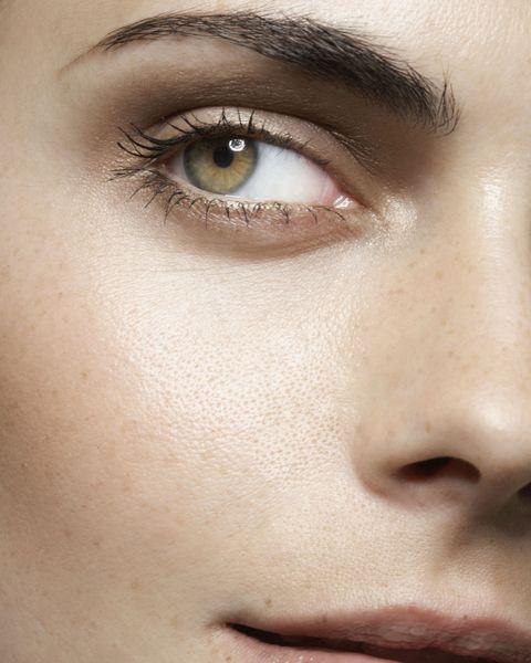 <p>畫眉毛時眉頭很重要,因為眉頭能讓妳眼型集中,塑造鼻影效果,而在畫的時候眉頭顏色不能太深,太過深粗的眉頭會讓整個眉型看起來更加不自然,正確的濃度應該是「眉頭淺,眉尾深」,所以眉頭應該使用顏色較淺的眉粉上色,或是在畫完眉毛之後記得用眉刷稍微將眉頭的顏色刷淡就可以啦!<br></p>
