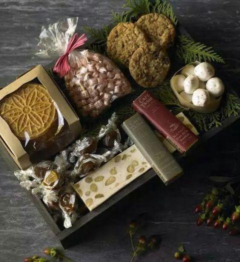 <p>黑白巧克力、果乾巧克力、榛果巧克力......最好是加入利口酒的調味巧克力!一盒滿載甜蜜祝福的濃郁香醇,最適合繽紛的聖誕佳節!</p>