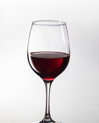 "<p>雖然每天一小杯紅酒已經被證實對身體健康有益,也有人說喝紅酒對皮膚好,但Angels要注意紅酒在釀製前後加入的防腐劑「亞硫酸鹽」,和酒發酵過程中所產生的「組織胺」,都有可能引起臉部泛紅,如果是對組織胺過敏的人,泛紅的情況會更嚴重,千萬要注意唷!<span class=""redactor-invisible-space"" data-verified=""redactor"" data-redactor-tag=""span"" data-redactor-class=""redactor-invisible-space""></span></p>"