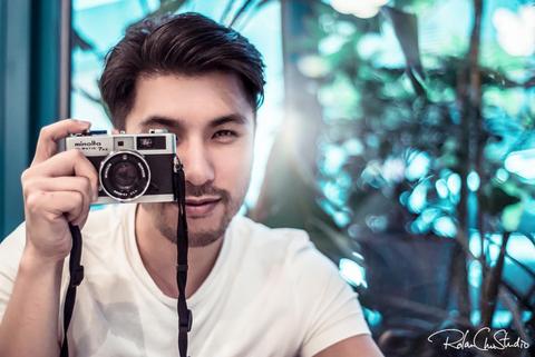 <p>在香港除了熱鬧鋪張的繁華招牌、車水馬龍的忙碌街頭以及熱氣蒸騰的美味小食,Rolan分享了在香港當地最受專業攝影師喜愛取景的三大指標。</p>