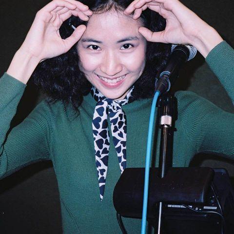 Forehead, Eyebrow, Singer, Cool, Black hair, Smile, Gesture, Long hair, Ear, Singing,