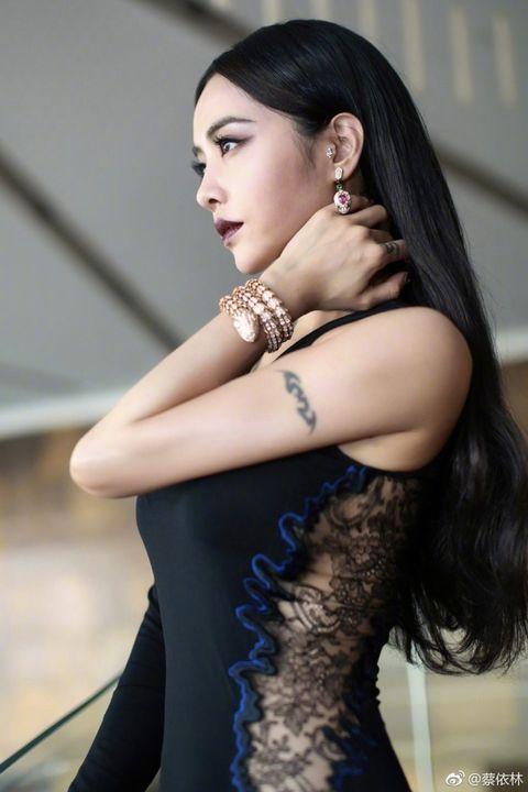 Hair, Beauty, Hairstyle, Black hair, Long hair, Model, Skin, Photo shoot, Fashion, Shoulder,