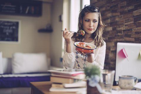 <p>有的時候,與其一群人鬧哄哄的吃飯,討論一些閒事八卦,還不如獨處時的安靜,工作的壓力很大了,享受獨自的午餐約會也是生活中的小確幸啊!<br></p>