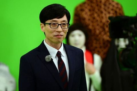 Green, Businessperson, Event, Glasses, White-collar worker, Suit, Ceremony, Smile, Formal wear, Speech,