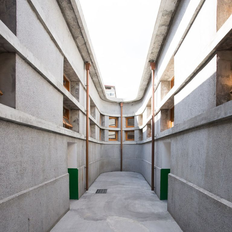 <p>佔地約200坪、四周則圍繞著近2米高的紅磚牆,外牆以洗石子堆砌成洗鍊的水平飾線,屋頂以混凝土澆製,並以鋼筋混凝土樑支撐。整體建築風格簡潔、毫不浮躁,並且坐擁很強的機能性,稀有的馬蹄形平面不僅打造流暢的購物動線,獨特的中央天井同時滿足市場內部通風與採光的基本需求。</p>