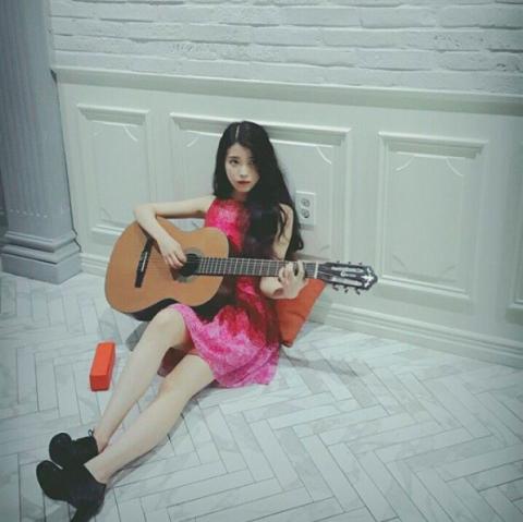 Guitar, String instrument, Pink, Musical instrument, Plucked string instruments, Sitting, Musician, Leg, Guitarist, Photography,
