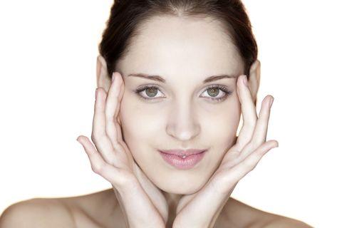 "<p>多按摩眼周,不但可以減輕眼部疲勞,而眼睛周圍的肌膚更可以回復光澤和彈性,尤其是經常熬夜的女性更可以透過眼周附近的淋巴按摩,按走水腫和黑眼圈,先在眼周以眼窩、眼尾、眼袋和眼頭的4個穴位,畫圈按壓約10次,然後再用食指跟中指的關節,在眉骨按壓把毒素向外推,之後也可多加按壓太陽穴,可以幫助舒減疲勞。<span class=""redactor-invisible-space"" data-verified=""redactor"" data-redactor-tag=""span"" data-redactor-class=""redactor-invisible-space""></span></p>"