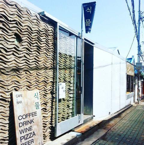 <p>植物咖啡廳可說是益善洞韓屋村非常知名的咖啡廳!時尚攝影師路易斯朴在益善洞尚未興起之前就選在此開咖啡廳,室內空間保留韓屋構造,還能看到大片的瓦片牆,簡單的陳設也讓咖啡廳內充滿舒適悠閒的氛圍,而這裡的咖啡、調酒和點心也很棒喔!</p>