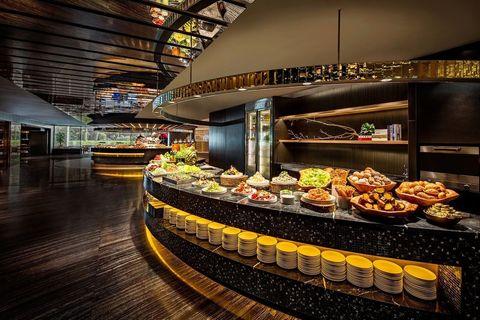 <p>匯集來自世界各地的精緻美食,包括新鮮當令的沙拉吧、現點現做的義式與中式麵點、生猛海鮮料理、豪華壽司吧以及眾多融匯中西的新創菜色,此外令人垂涎的各式甜點也將帶給賓客最甜蜜的味蕾享受。</p>