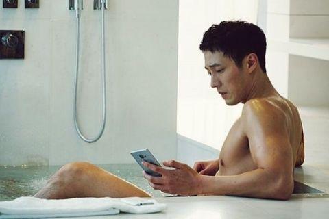 Bathtub, Bathing, Barechested, Room, Muscle, Technology, Electronic device, Hand, Bathroom, Photography,