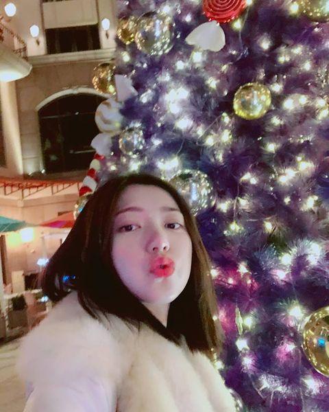 Hair, Christmas tree, Beauty, Selfie, Tree, Christmas decoration, Christmas ornament, Photography, Christmas, Long hair,