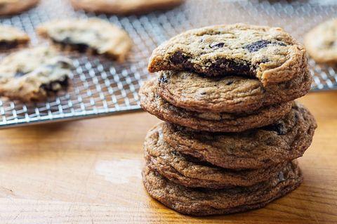 Food, Cookies and crackers, Snack, Dish, Baked goods, Cuisine, Dessert, Chocolate chip cookie, Cookie, Oatmeal-raisin cookies,