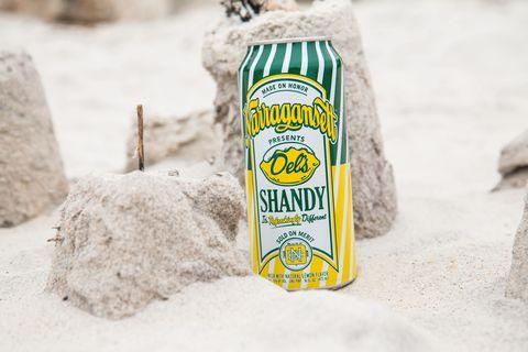 การจับคู่ two iconic Rhode Island brands, this lemon shandy tastes like an Italian ice but somehow the lager isn't cloying.