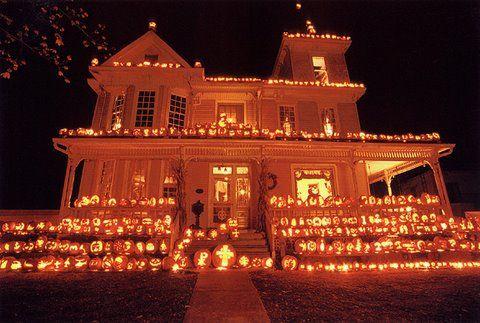 Lighting, Home, Landmark, Light, House, Property, Mansion, Christmas lights, Night, Architecture,