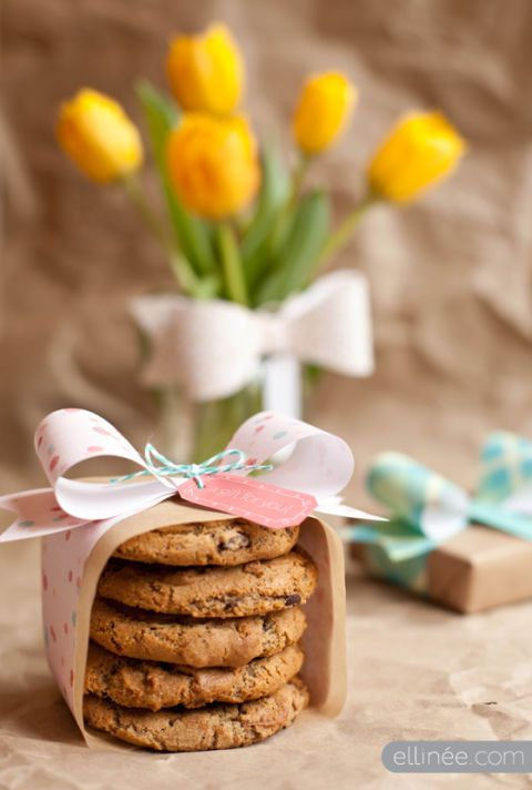Flower, Petal, Finger food, Cookies and crackers, Biscuit, Serveware, Baked goods, Cookie, Macaroon, Cuisine,