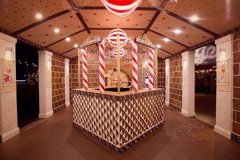 Ceiling, Interior design, Floor, Flooring, Decoration, Hall, Light fixture, Place of worship, Temple, Tile,