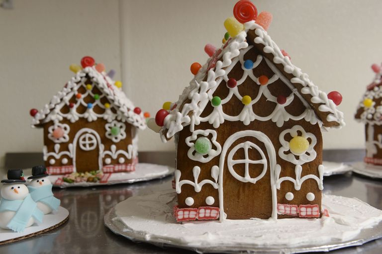 Gingerbread house ideas how to build a gingerbread house delish gingerbread house solutioingenieria Images