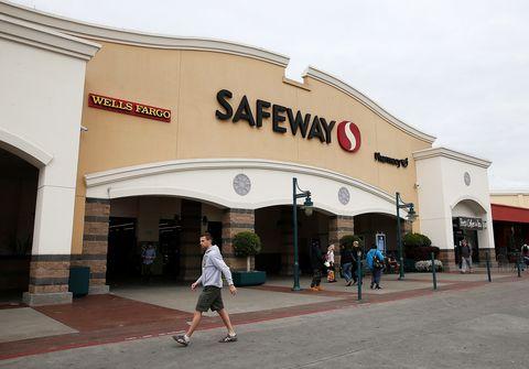 Commercial building, Public space, Pedestrian, Logo, Sidewalk, Retail, Outlet store, Arch, Bermuda shorts, Arcade,