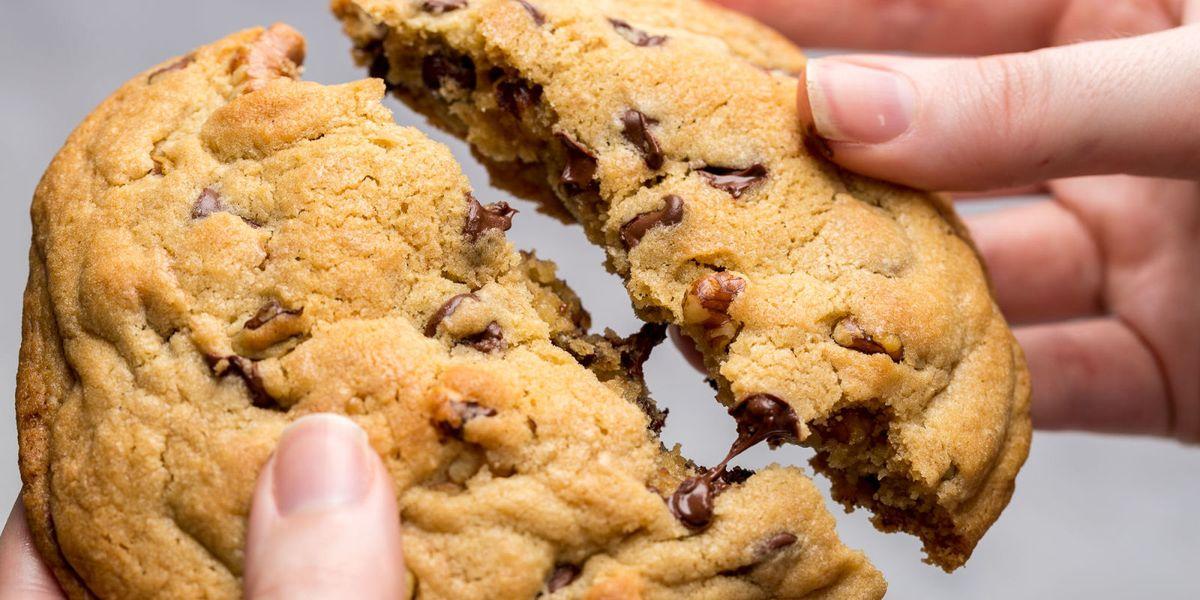 Copycat Levain Bakery Cookies Recipe Chocolate Chip Cookies Delish Com