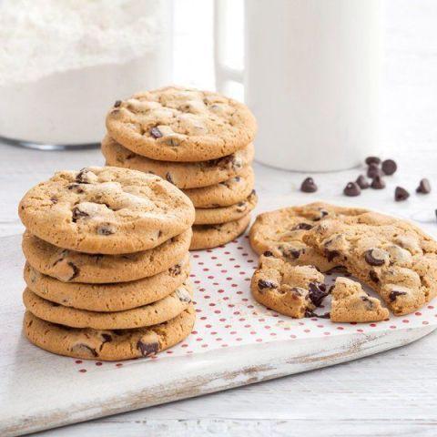 Food, Cookies and crackers, Chocolate chip cookie, Snack, Dish, Dessert, Oatmeal-raisin cookies, Cuisine, Ingredient, Cookie,