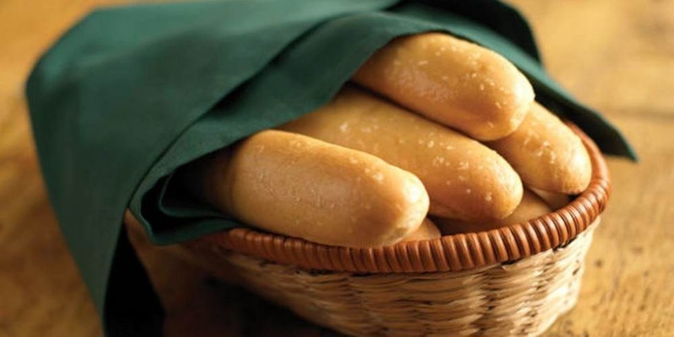 Olive garden 39 s breadstick bouquet is the way to show your real feelings this valentine 39 s day for How many carbs in olive garden breadsticks