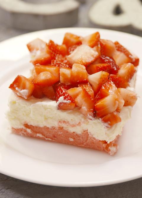 Strawberry Cheesecake Bars Vertical