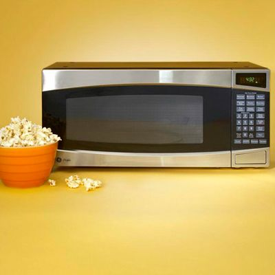 A splurge pick, the <b>GE Profile Spacemaker II 1.0 Cu. Ft. Microwave Oven PEM 31SMSS</b> ($269, 800-626-2000) can measure moisture given off by food to automatically adjust cooking time for six foods (e.g., popcorn, potato). It excelled at reheating leftovers. The turntable can be deactivated for large platters.