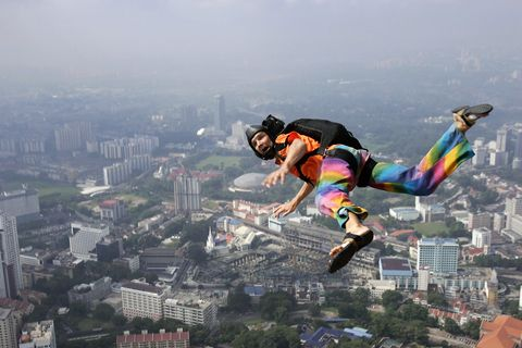 Skydiver to land without parachute