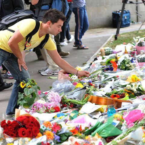 Shoe, Flower, Bouquet, Jeans, Public space, Cut flowers, Floristry, Petal, Flower Arranging, Floral design,