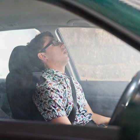 Motor vehicle, Shoulder, Glass, Vehicle door, Car seat, Windshield, Comfort, Head restraint, Travel, Automotive window part,