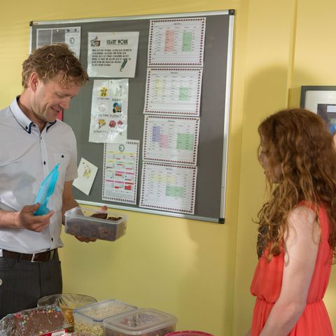 Dress, Display board, Brown hair, Long hair, Bulletin board, Plate, Poster session, Box, Day dress, Belt,