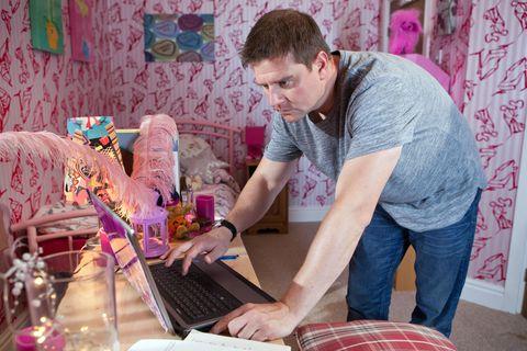 Electronic device, Textile, Laptop part, Technology, Pink, Purple, Office equipment, Laptop, Computer hardware, Computer,