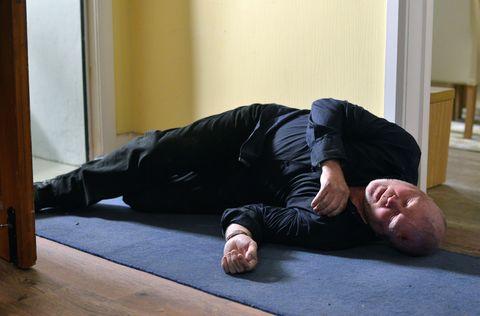 Comfort, Human body, Shoulder, Elbow, Sitting, Knee, Wood stain, Hardwood, Nap, Varnish,