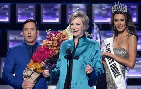 Thomas Lennon, host Jane Lynch, and Miss Colombia Ariadna Gutierrez at the People's Choice Awards 2016 at Microsoft Theater on January 6, 2016 in Los Angeles, California. (Photo by Kevin Winter/Getty Images)