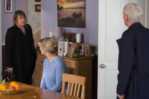Gavin apologises and tells Sharon he wants to be a good father