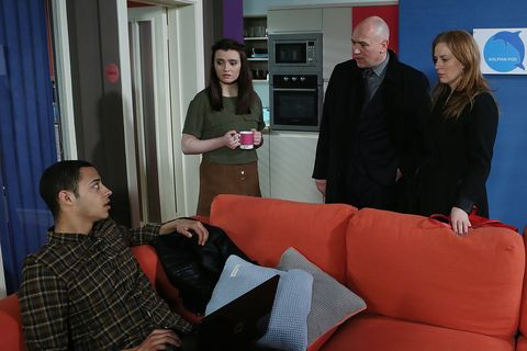 Paul and Niamh are shocked to learn that Rachel plans on going to Australia with Pierce for a year